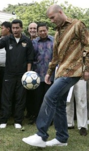 zinedine yazid zidane mengenakan batik